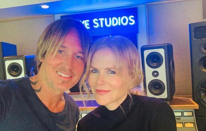 Keith Urban e Nicole Kidman sorridentes em estúdio