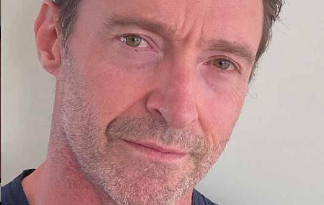 Hugh Jackman em foto de close