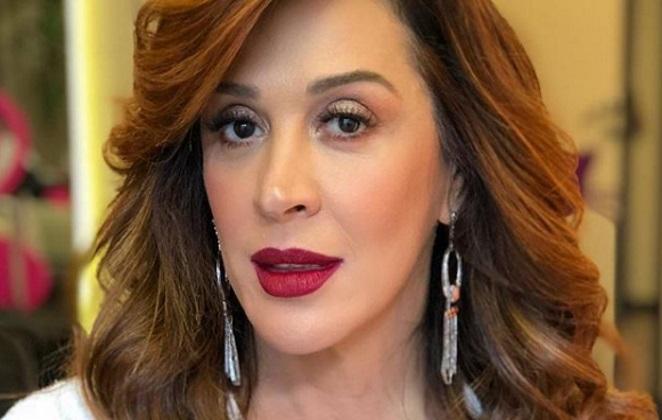 Claudia Raia deslumbrante em foto com batom vermelho