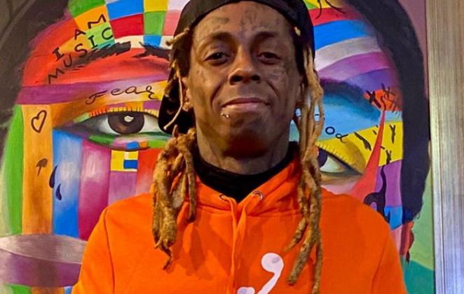 Lil Wayne posando de blusa laranja