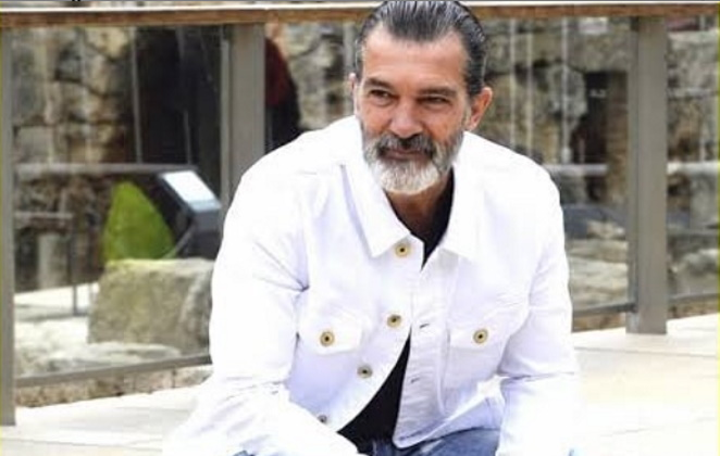 Antonio Banderas em casa sorrindo e com barba grande