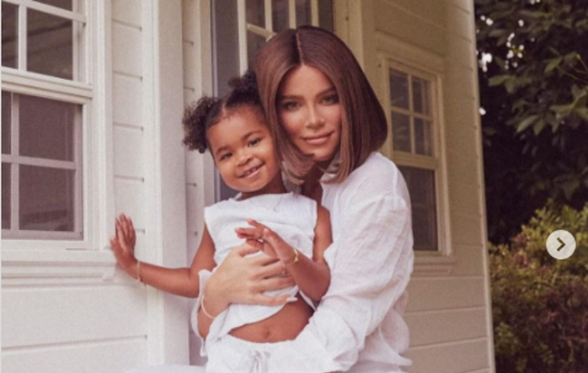 Khloe Kardashian posa feliz com a filha True