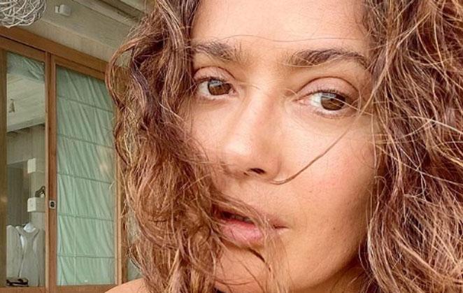 Salma Hayek impressiona com selfie sem maquiagem
