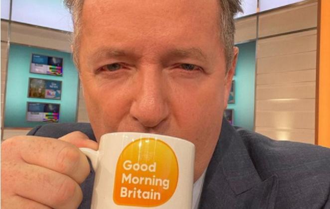Piers Morgan bebendo em caneca