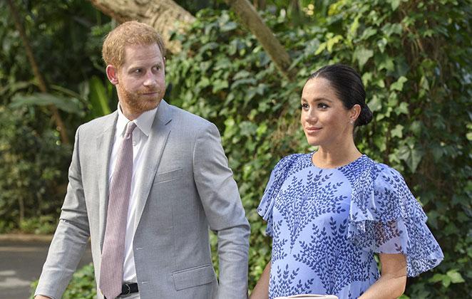Principe Harry e Meghan andando de mãos dadas