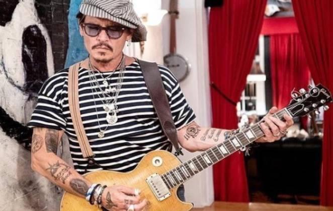 Johnny Depp tocando guitarra