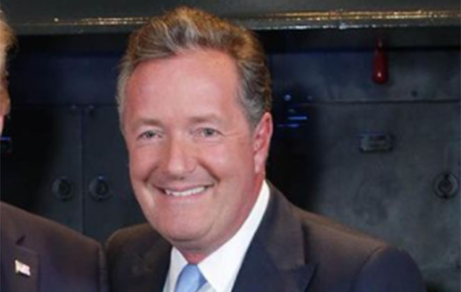 Piers Morgan sorridente em foto