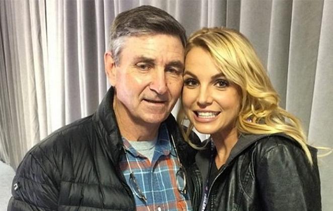 Britney Spears com o rosto encostado no pai