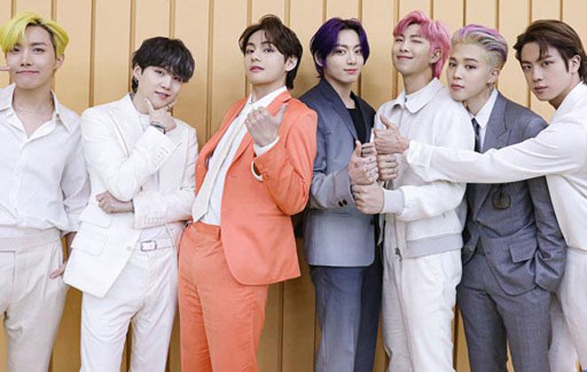 Foto do BTS em ternos coloridos