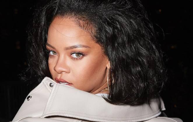 Rihanna em pose provocante, com cabelo volumoso