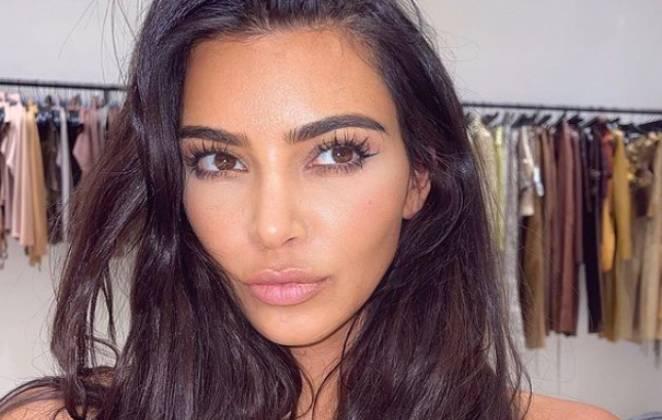 Kim Kardashian fazendo selfie