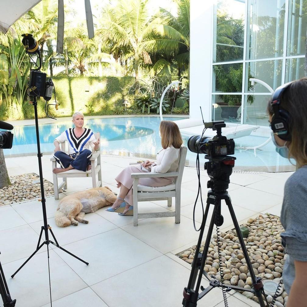 Xuxa dando entrevista em sua mansão