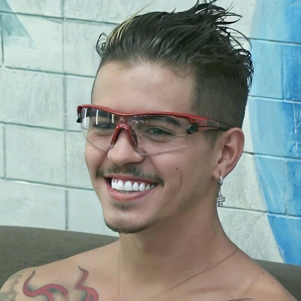 MC BIel de óculos