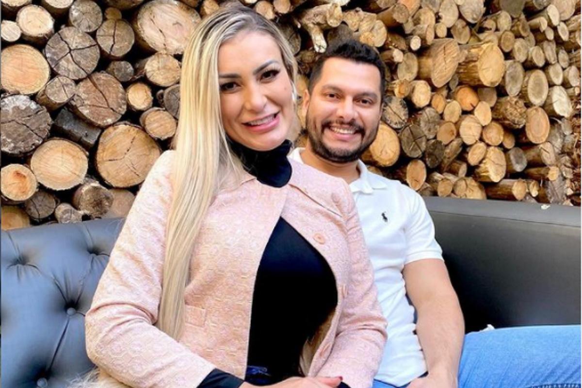 Andressa Urach e o marido sentados em sofa
