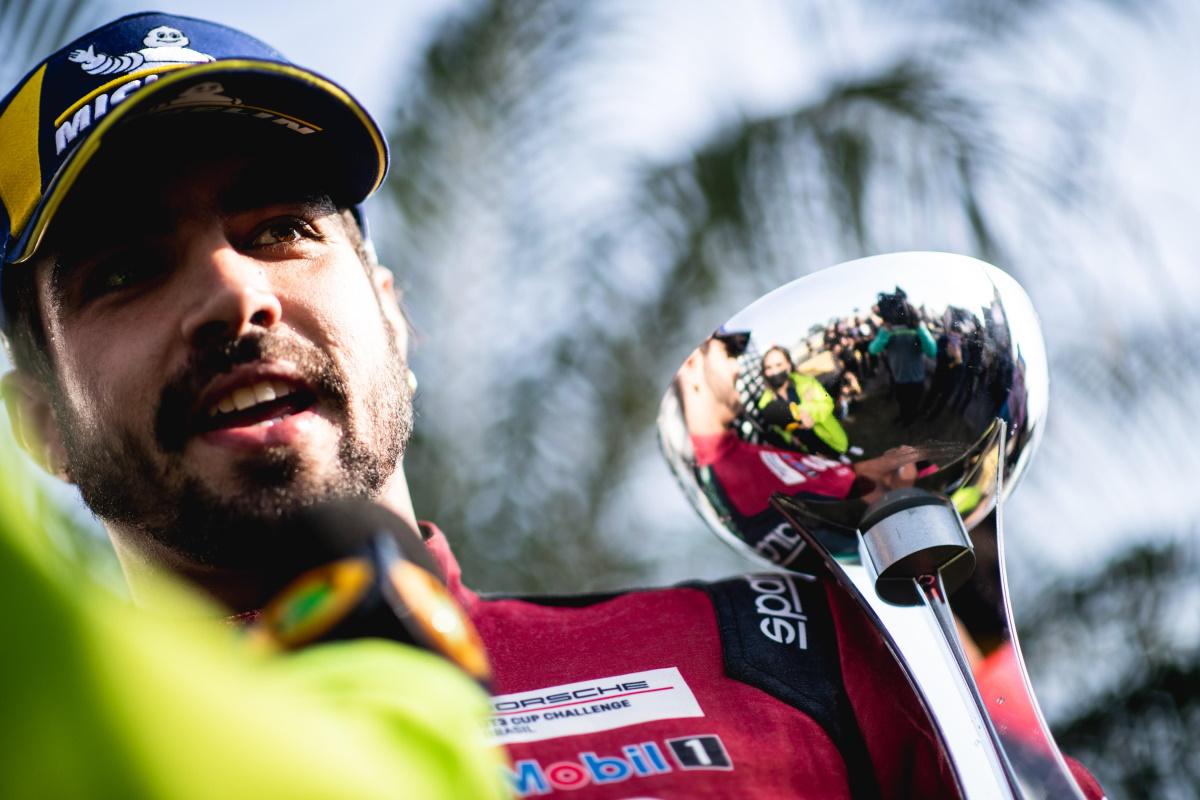 Caio Castro em pódio de corrida
