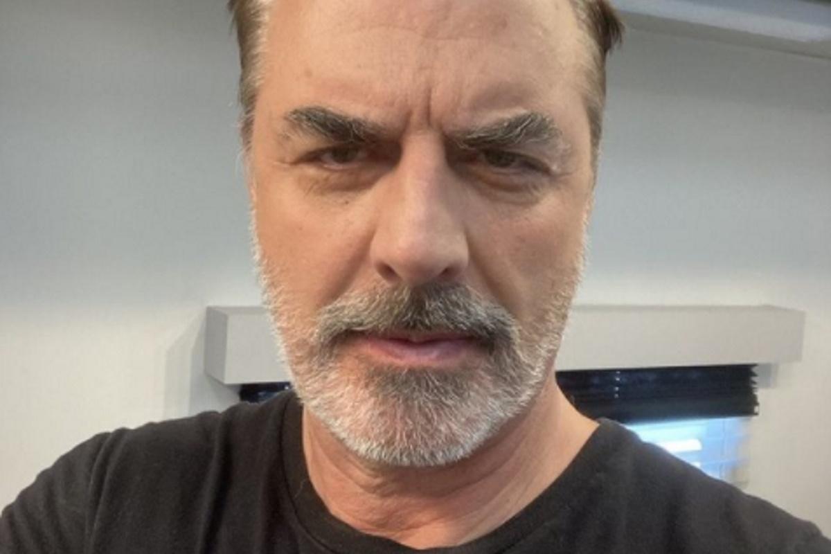 Chris Noth selfie de camiseta preta