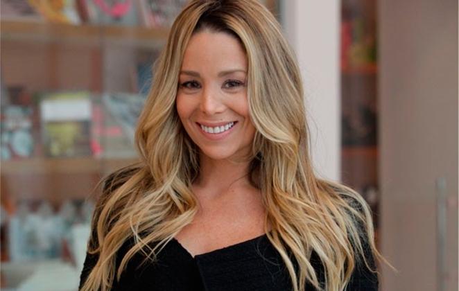 Danielle Winits sorrindo