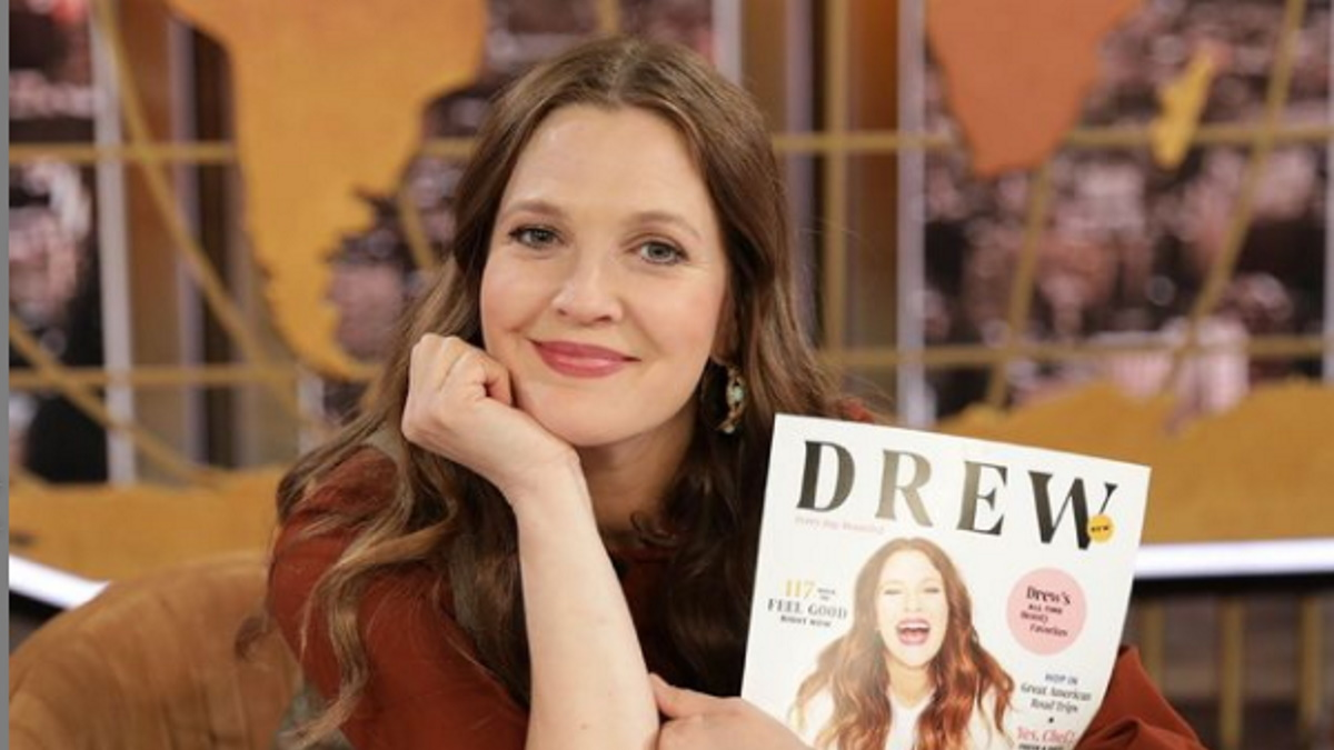 Drew Barrymore segurando revista
