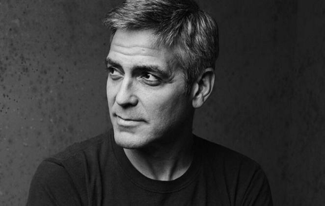 George Clooney foto de perfil em preto e branco
