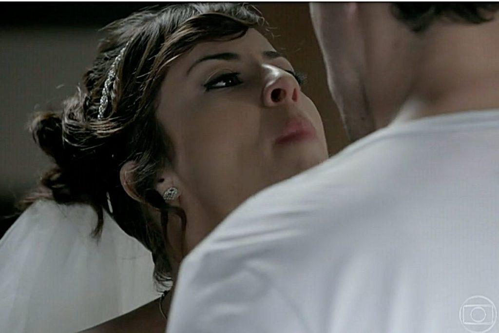 Maria Clara (Andreia Horta) detona Enrico (Joaquim Lopes)