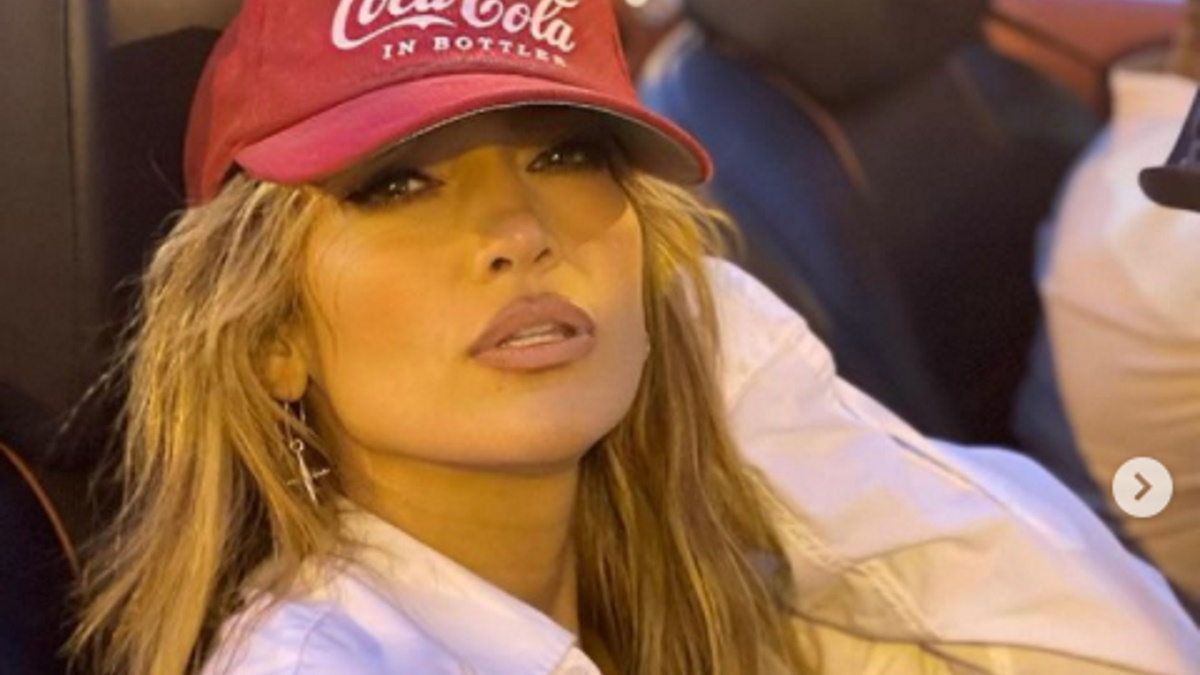 Jennifer Lopez de boné