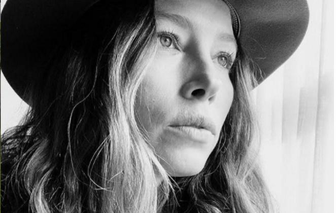 Jessica Biel de chapéu