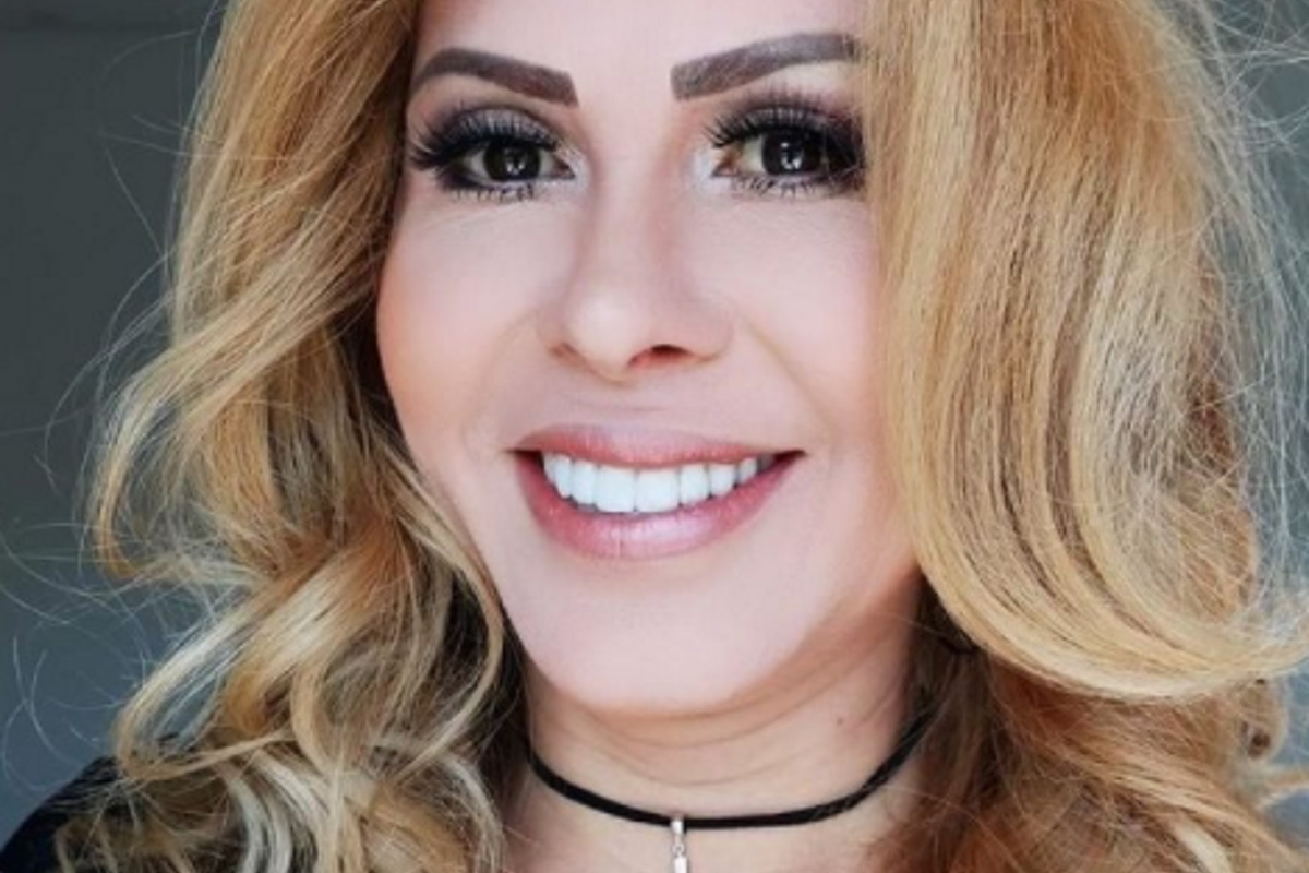 Joelma maquiada e sorridente