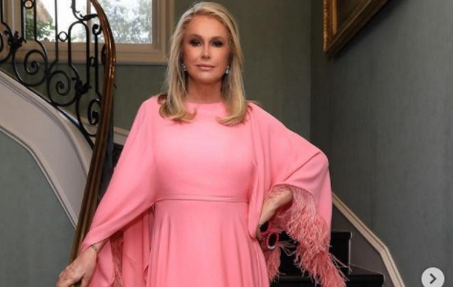 Kathy Hilton de vestido rosa