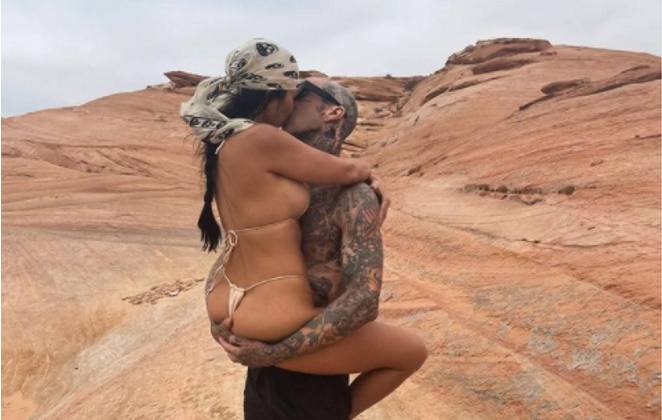 Kourtney Kardashian beija namorado no deserto
