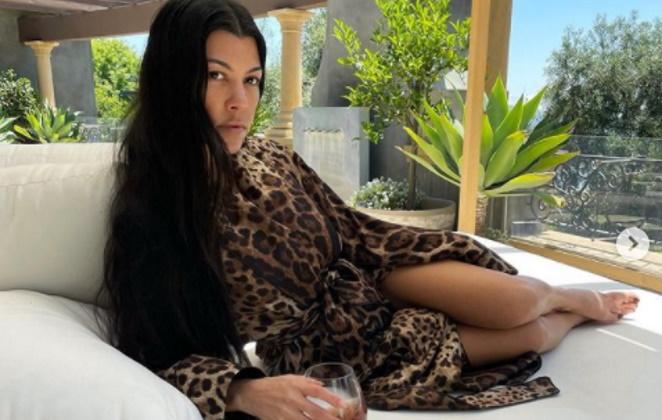Kourtney Kardashian de roupão de oncinha