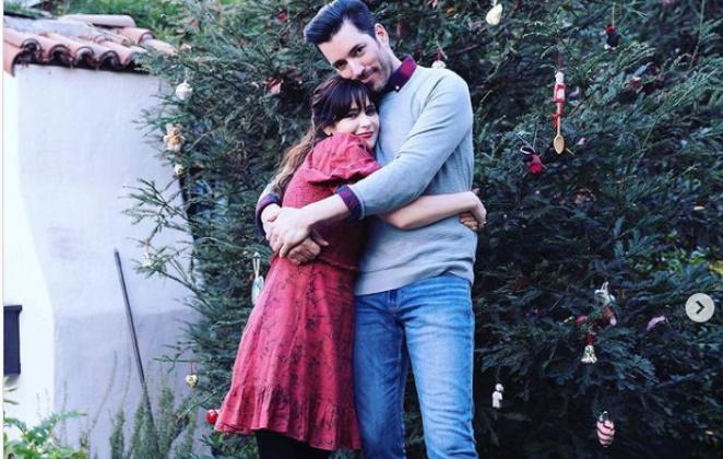 Zooey Deschanel abraçada com namorado