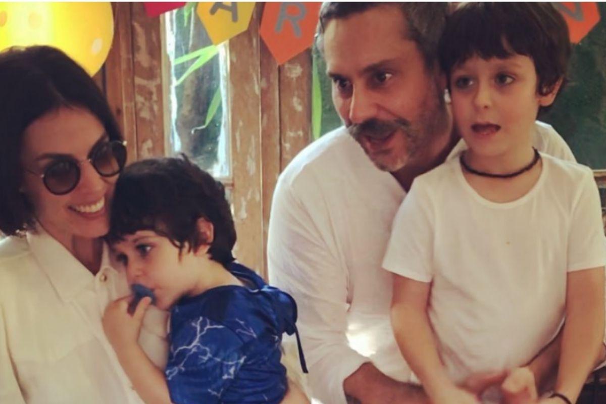 Foto de Karen Bruttolin e Alexandre Nero com os filhos