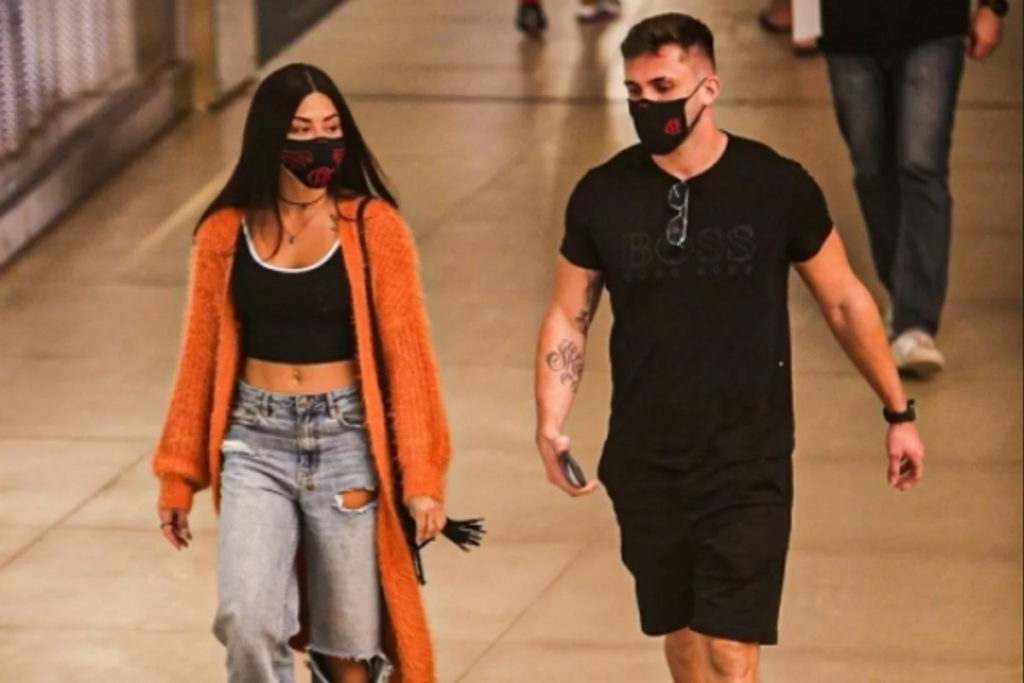 Aline Riscado e Arthur Picoli passeando em shopping do Rio de Janeiro