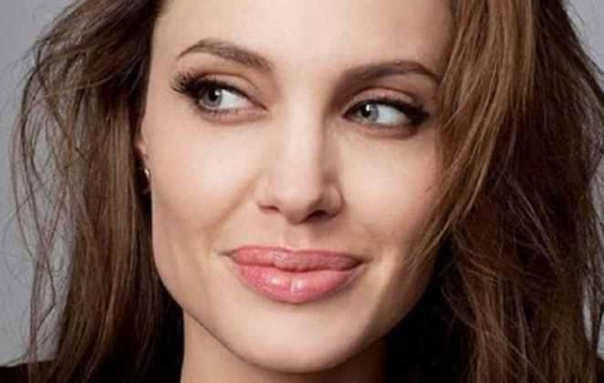 Uma selfie de Angelina Jolie com sorriso no rosto