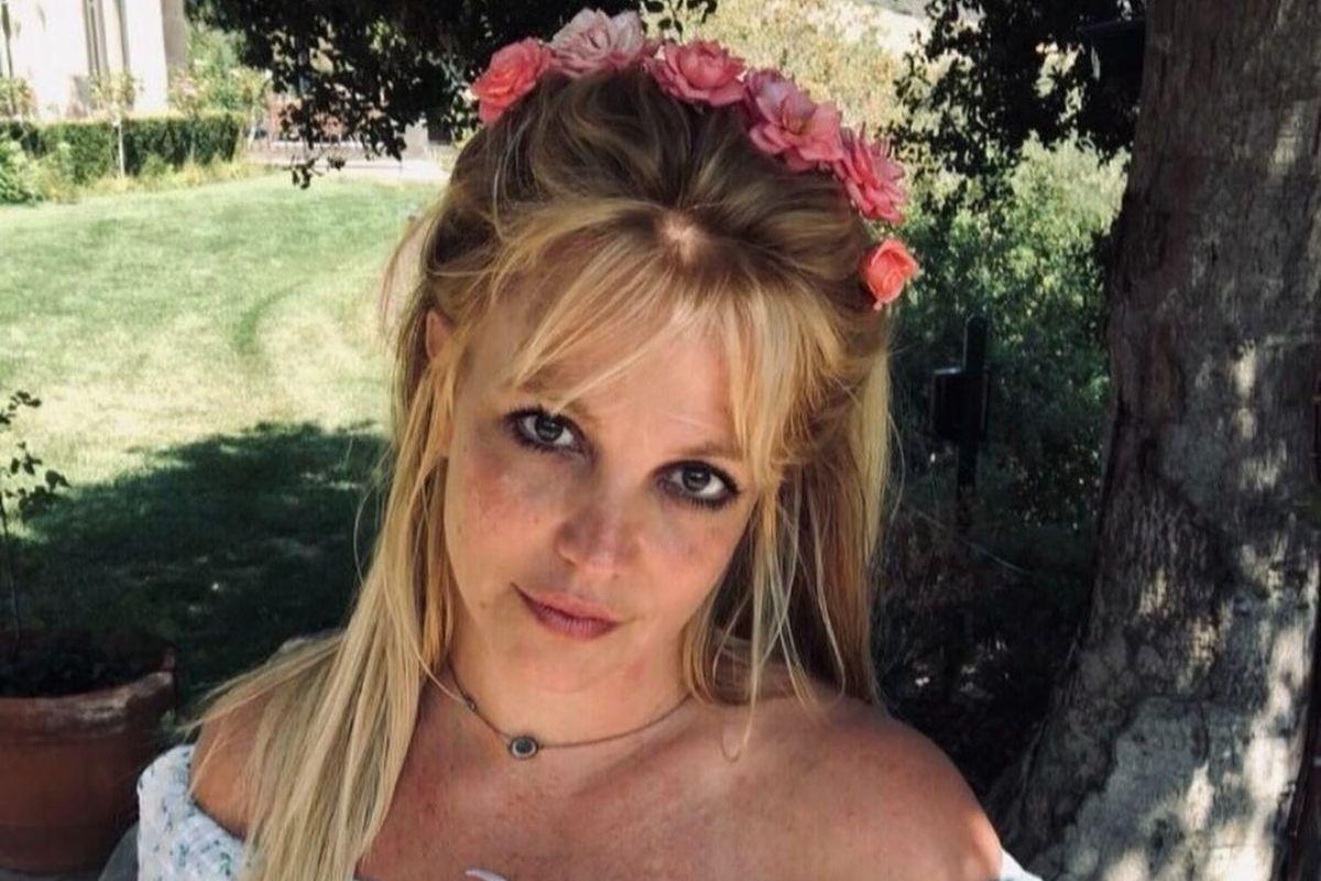 Britney Spears com flores no cabelo