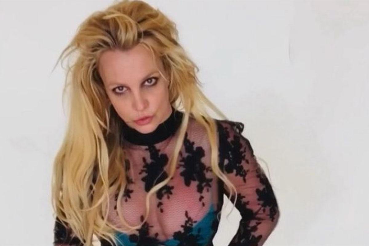 Britney Spears em foto, com olhar cansado e roupa transparente