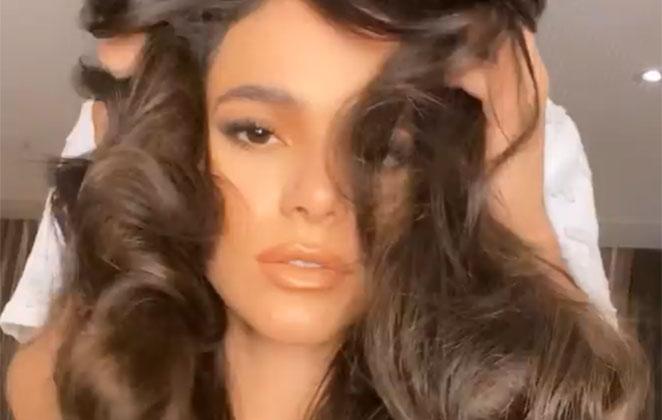 Bruna Marquezine com cabelos soltos e volumosos