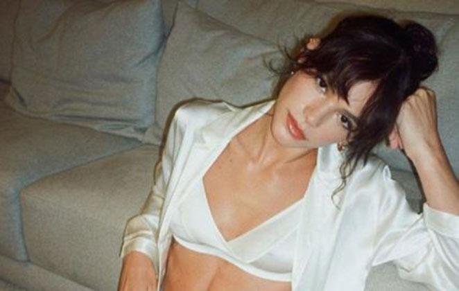 Bruna Marquezine em foto usando a parte de cima da lingerie, shorts marrom e uma camisa branca