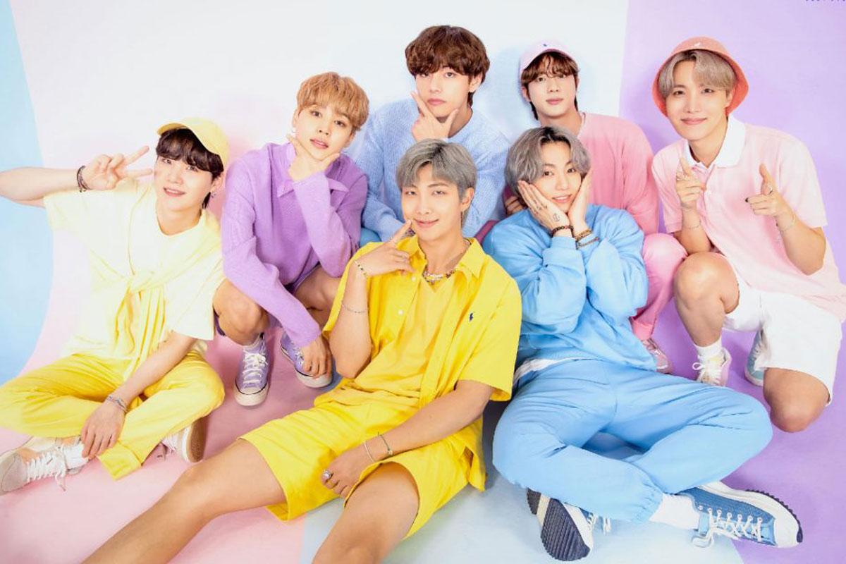 Foto do BTS em cenário colorido