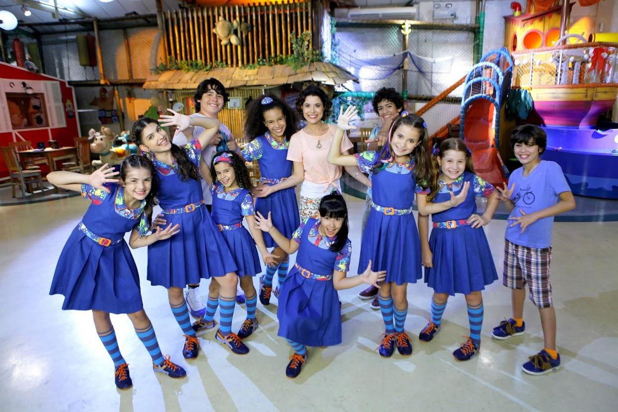 Carol com as meninas do Orfanato de Chiquititas