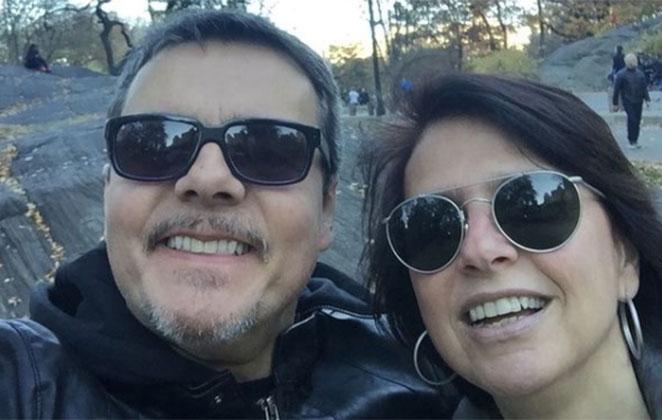 Cassio Gabus Mendes e Lidia Brondi sorridentes com óculos de sol