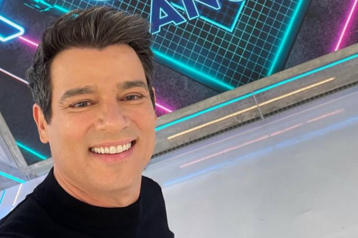 celso portiolli sorri em selfie durante programa de TV