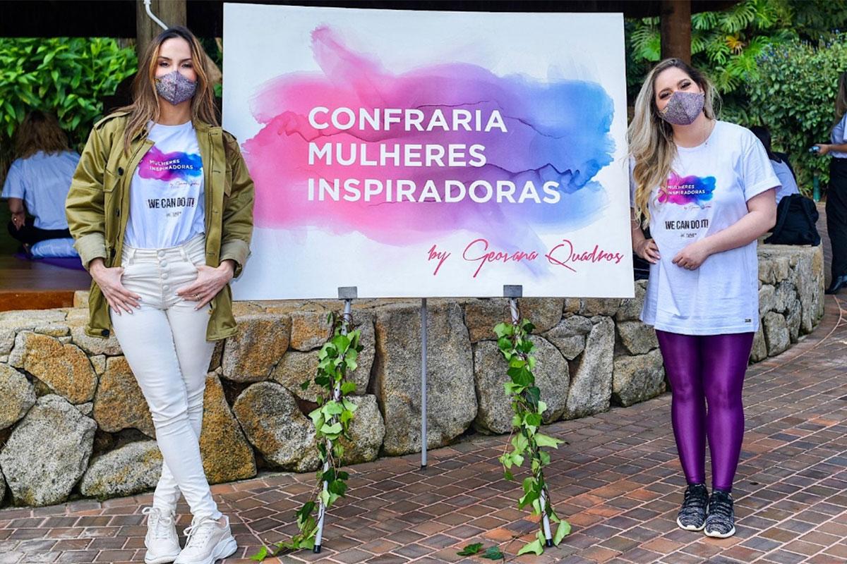 Claudia Leitte e Geovana Quadros posam ao lado de um belo quadro