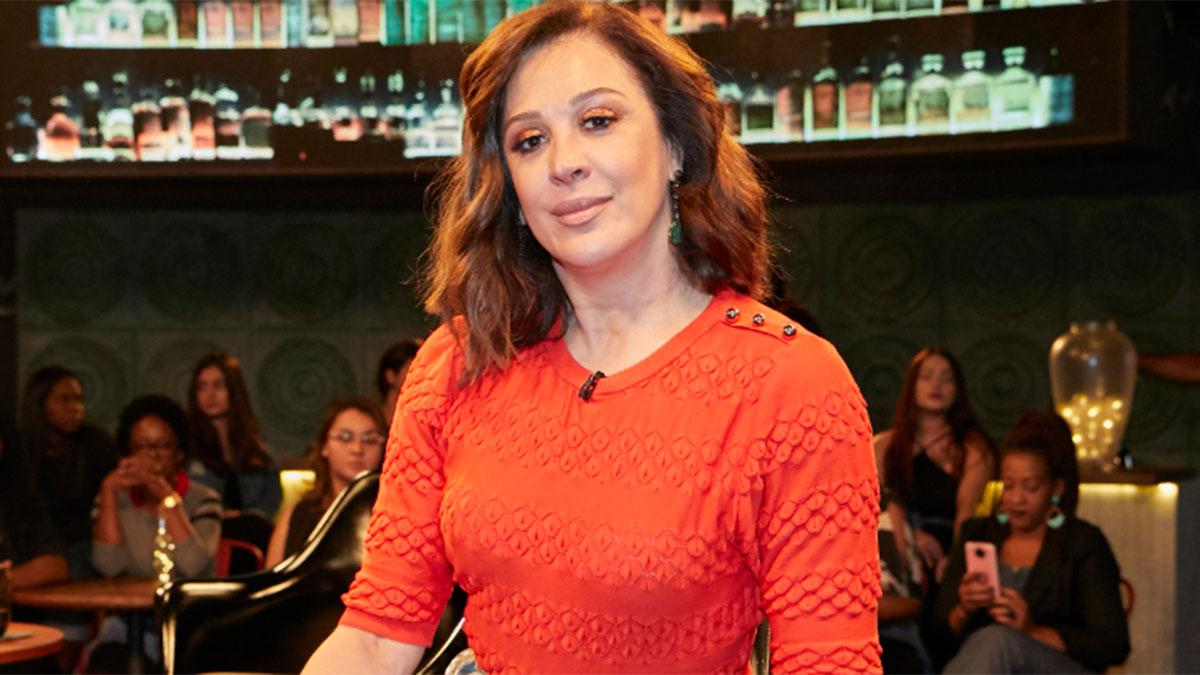 Claudia Raia usa blusa laranja