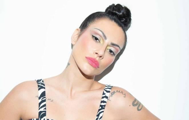 cleo de maquiagem posando estilosa em fundo branco