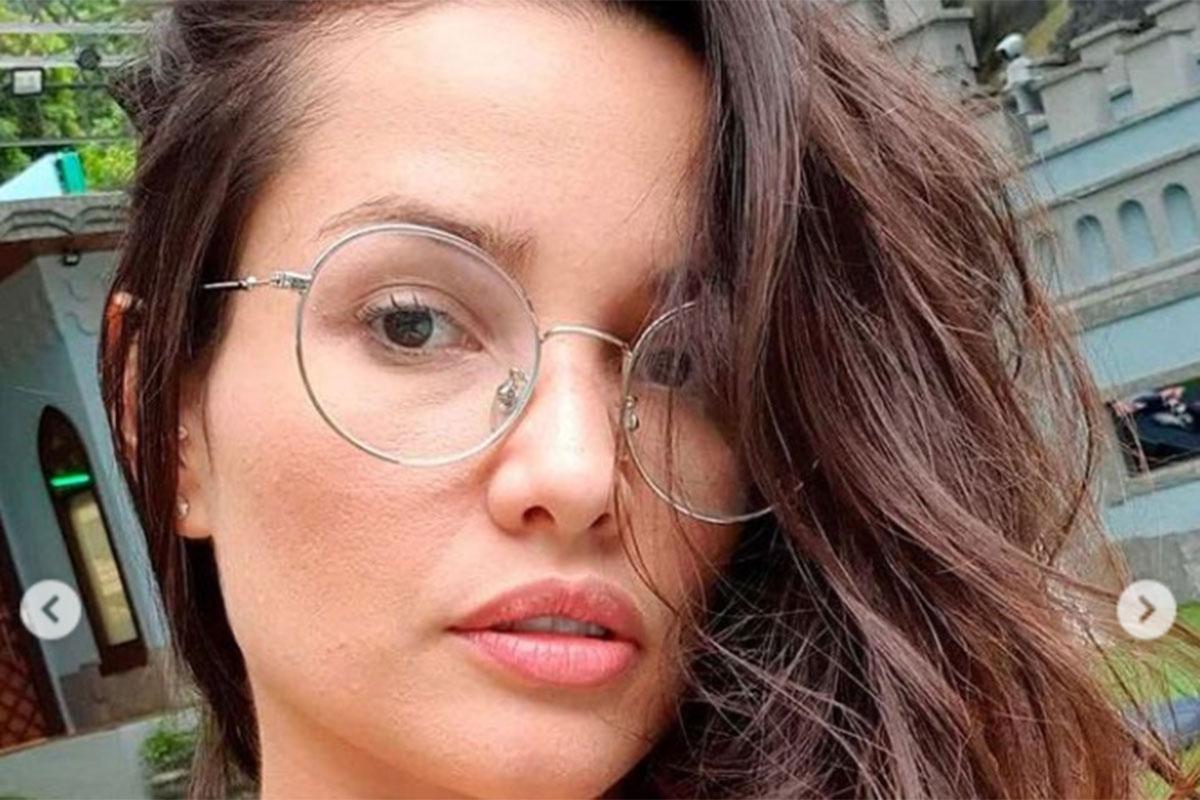 Um close generoso de Juliette Freire, sem maquiagem