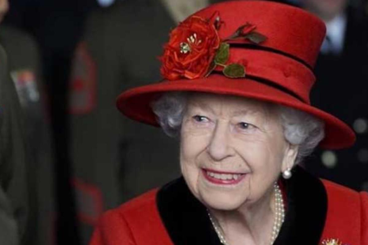 rainha elizabeth de roupa vermelha