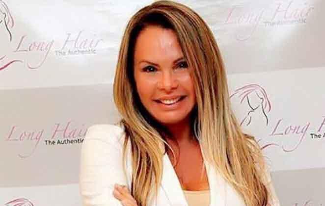 Cristina Mortágua sorridente de terninho branco
