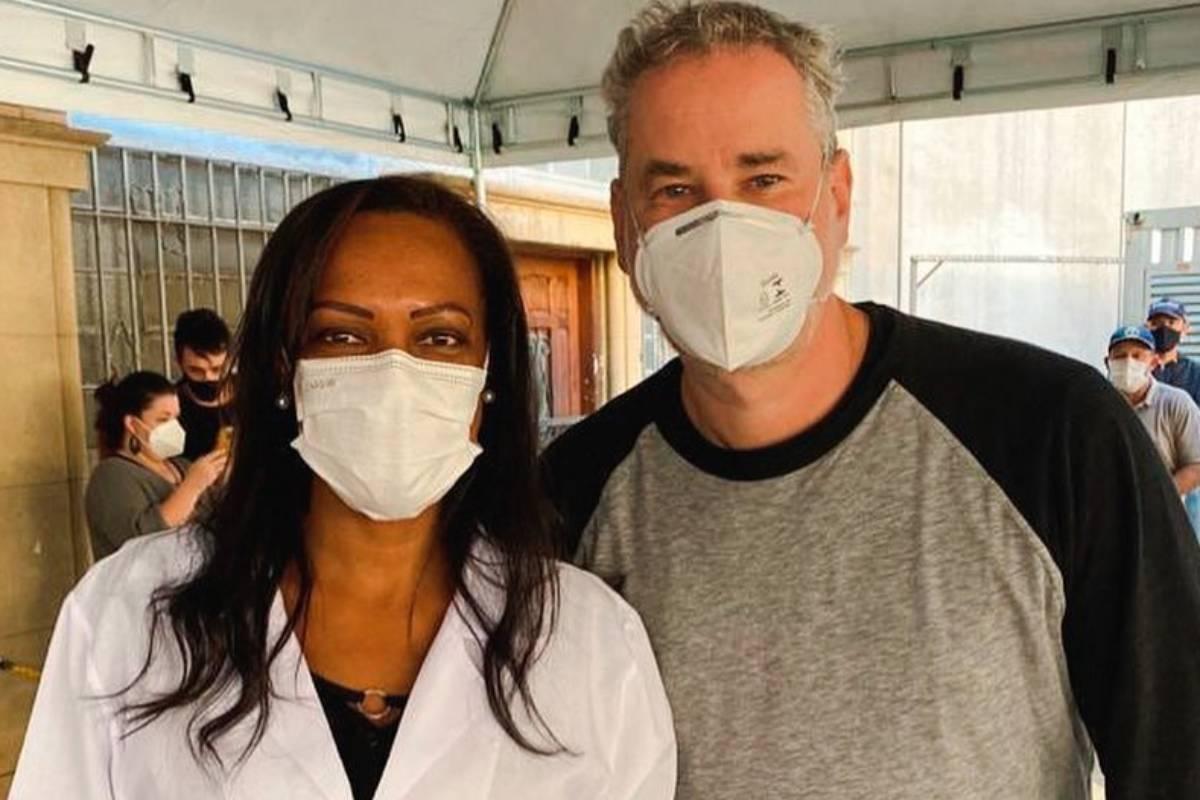 dan stulbach de máscara sendo vacinado contra covid-19