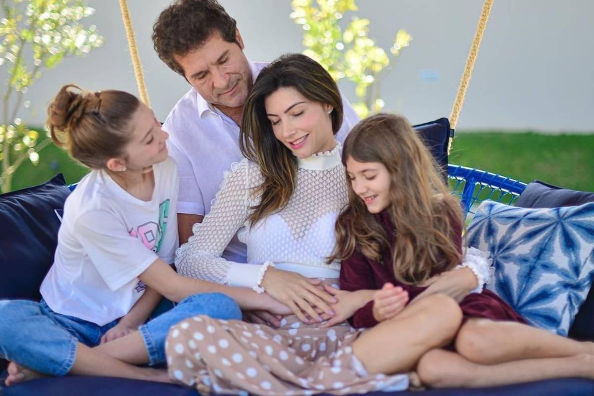 cantor daniel e filhas colocando a mão na barriga grávida de aline pádua